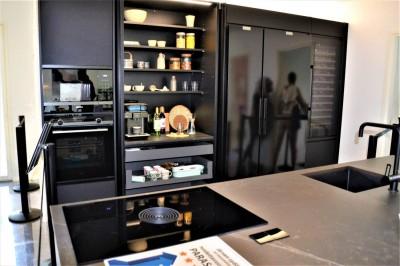 Kõrgete köögikappide juures nn peidetud kodumasinate, sahtlite ja riiulite boksid, mille fassaadid lähevad külgedele sisse peitu.  - 1