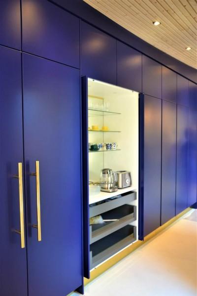 Ümmarguse maja - sinine köök, kuldsed detailid - 7
