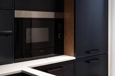 Köögimööbel - must fassaad ja erineva sügavusega kapid - 5