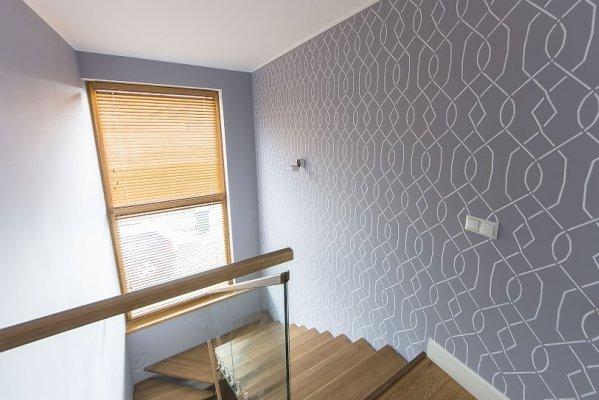 17 - Šablooniga värvitud trepihalli sein