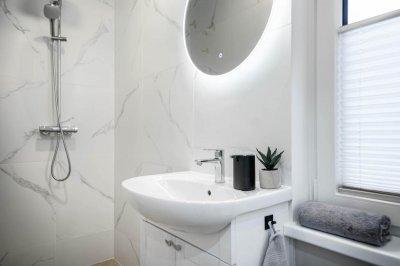 21 - Marmori mustriga plaadid vannitoas