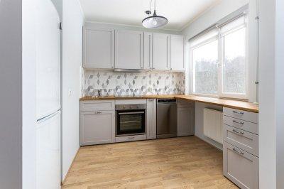 16 - Köögi remont. Viimistlustööd, tööpinna ja aknalaua vahetus, keraamiliste plaatide paigaldus.
