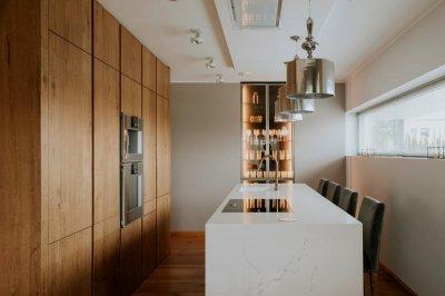 9 - Antiikspooni ja Statuario kiviga köögimööbel, mille pärliks on klaasustega vitriinkapp