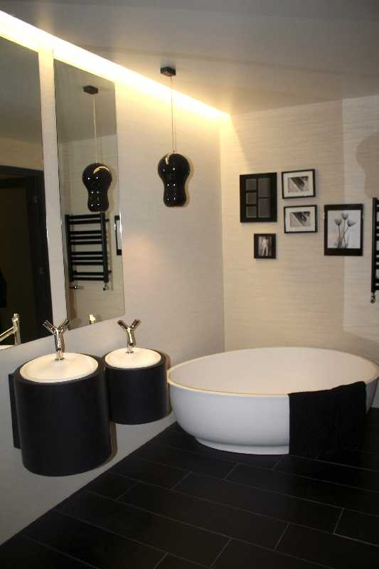 Vannitoa disain Aet Piel, vann ja valamu Eumar Sanitaartehnika, radiaator Purmo, peeglid AG Klaas, keraamiline plaat põrandal Interno Plaadimaja, pildiraamid Eurofoto, rippvalgusti Hektor Light, saun