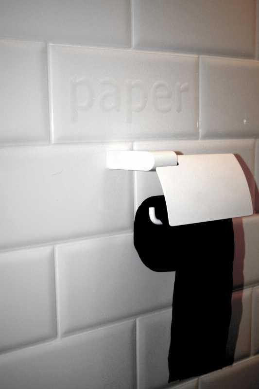 Keraamilisel plaadil on lahe ingliskeelne kiri, Interno plaadimaja; must wc paber Renova, Latberg Holding
