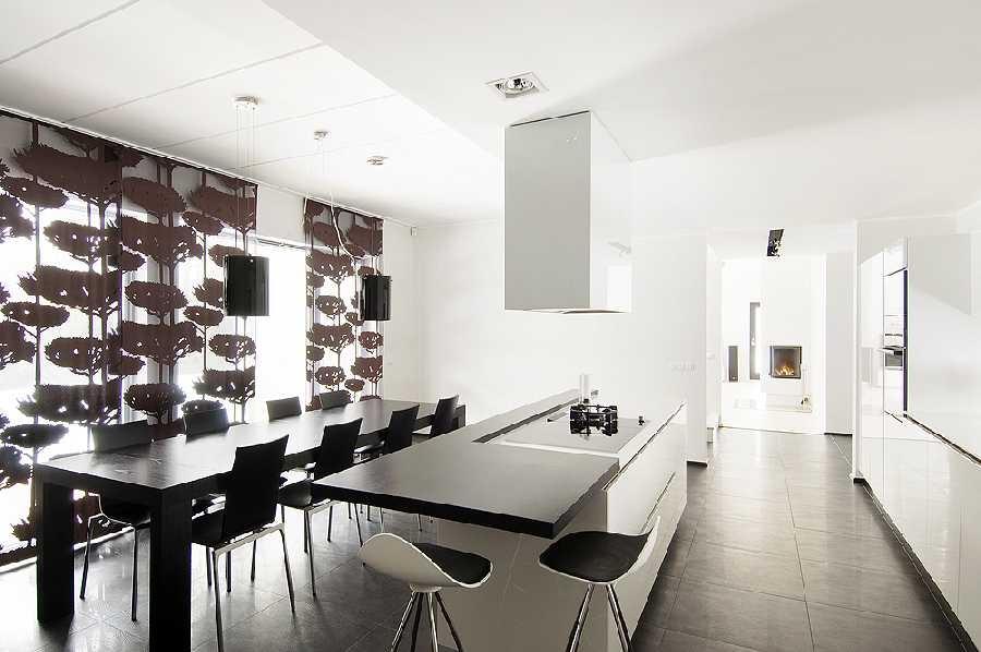 Modernne noore pere must-valge-hall kodu Tallinnas Merirahus