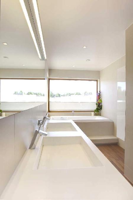 Vann on akna alla sisse ehitatud, et võõra pilgu eest kaitstult vannimõnusid nautida. Vanniastme alla on paigutatud LED-riba, mis õhtuhämaruses eriti hästi esile pääseb.
