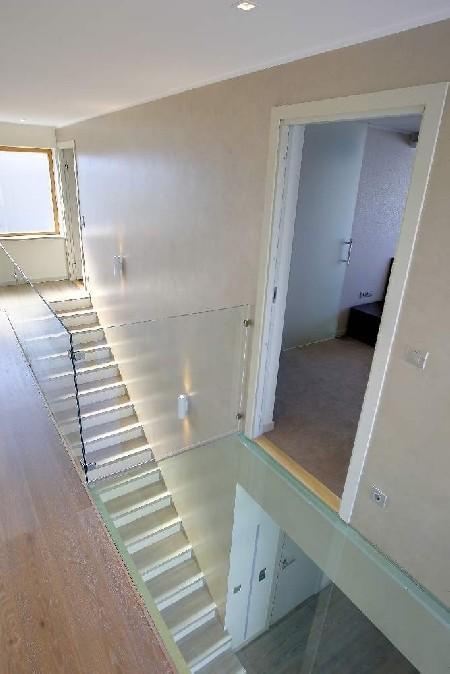 Teise korruse koridor-magamistoa eest leiame klaassillakese, mille mõte on rõhutada õhulisust.