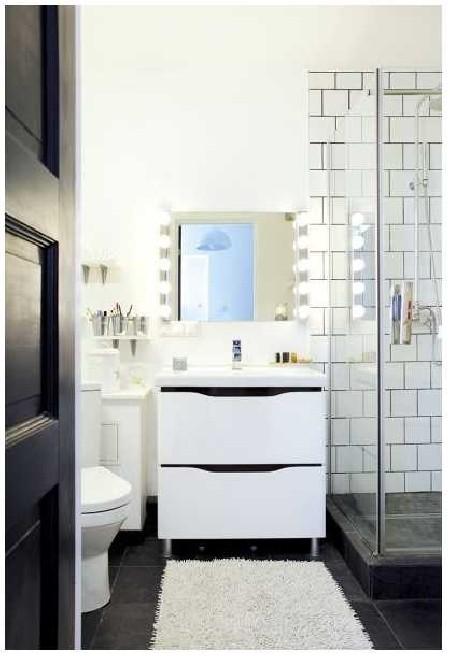 VANNITUBA. Remondi käigus lõhuti WC ja vannitoa vaheline sein ning üks ustest kaotati. Valgete kahhelplaatide must vuuk sobib siia imehästi.