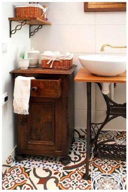 Kunagi isapoolsetele vanavanematele kuulunud vannitoakapp on ainuke eelkäijatelt päritud mööblitükk selles kodus.