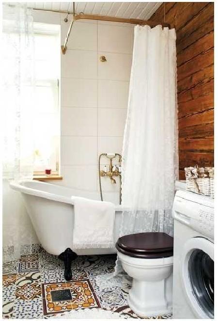 Väikse jalgadel vanni ette on Elis lisaks vannikardinale riputanud ka romantilise pitskardina. Pesumasina plaanib Elis kardinaga kappi peita