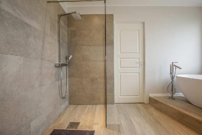 """Seintel ilutsevad Casa Dolce Casa """"Terra"""" kollektsiooni plaadid (Vivarec) ja põrandal erineva laiusega """"Wood"""" kollektsiooni audentselt puitu imiteerivad plaadid."""