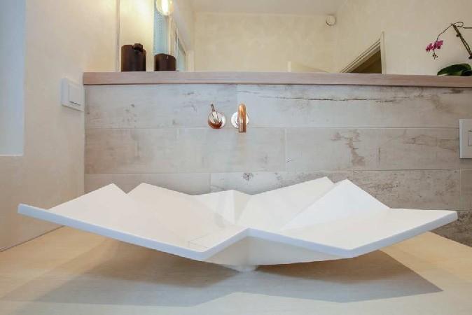 Sisekujundaja üks lemmikvalamuid Eumar Origami ja VOLA minimalistlik segisti. Vannitoa heledale teemale kontrastiks valiti mustad MENU vannitoa aksessuaarid Boconceptist.