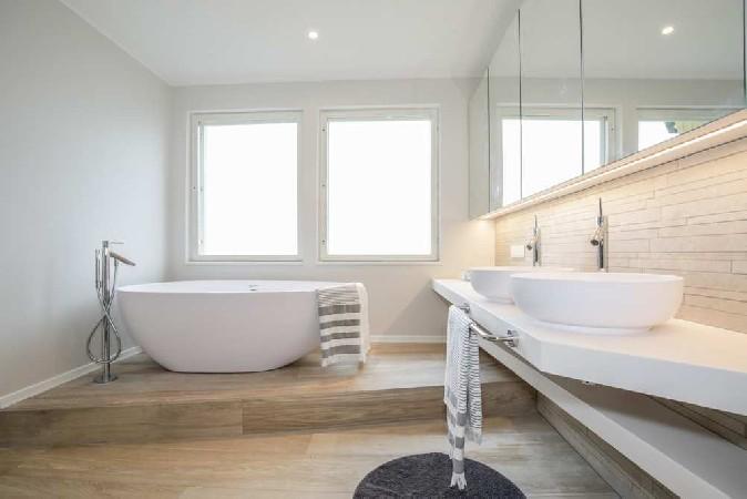 Otse vahuses vannis olles saab vaadata tormist merd.