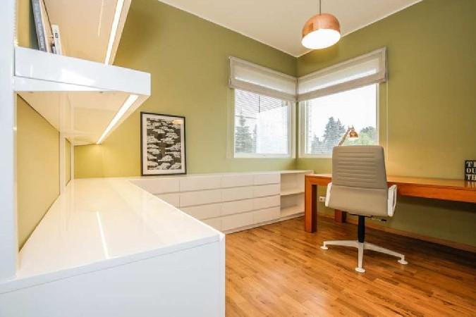 Et segamatult tööd teha, on ühest toast tehtud kontor. Liigset tööstressi aitab leevendada mahe samblaroheline seinavärv.
