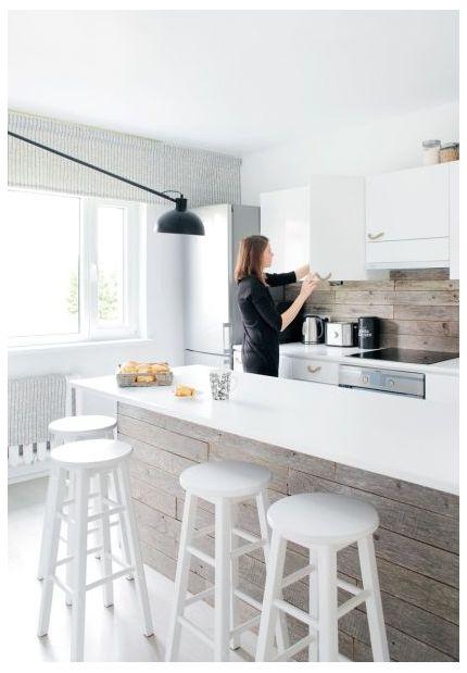 Lihtsate valgete kapiustega kööki ilmestavad hallid vihmast-tuulest parkunud küünilauad pereisa lapsepõlvekodust. Kapiuste käepidemeteks on köiejupid. Õhtuti muutub köök õmblustöökojaks.
