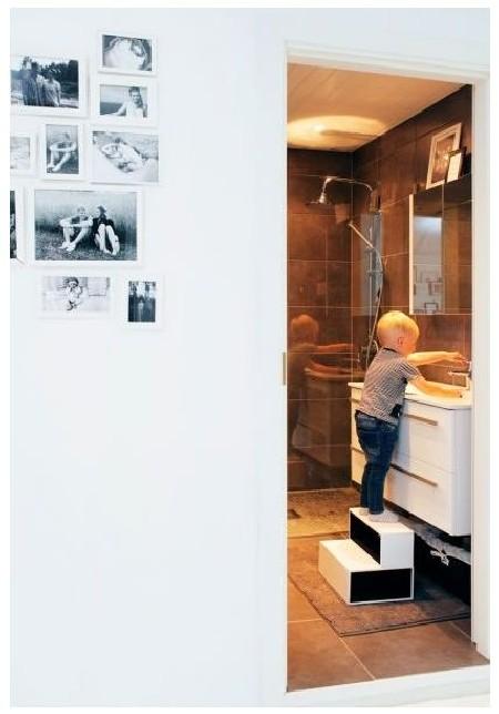 Pesuruum on kujundatud hallides toonides. Algo tehtud trepikese abil ulatub Päären turvaliselt valamuni