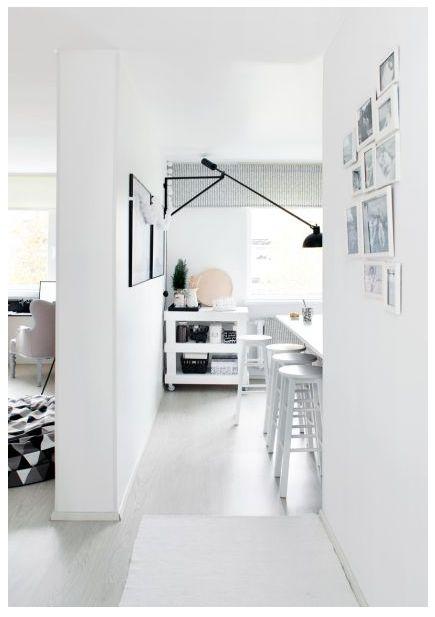 Köök ja elutuba on üksteisest seinaga eraldatud. Ruumikas eraldiseisev köök võimaldab Annal segamatult õmblustööd teha.