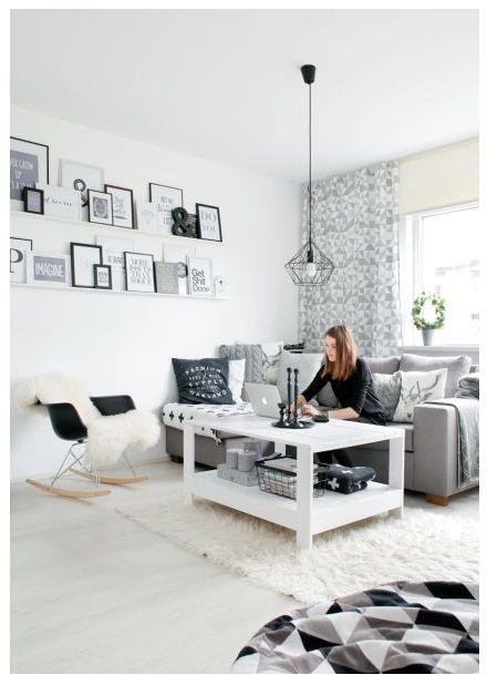 Avaras ja valges elutoas, mis täidab mitut ülesannet, on mugav sohvanurk, kuhu mahub lahedasti kogu pere. Diivani muudavad mõnusaks eriilmelised padjad, valgetelt seintelt tõusevad esile raamitud sõnu