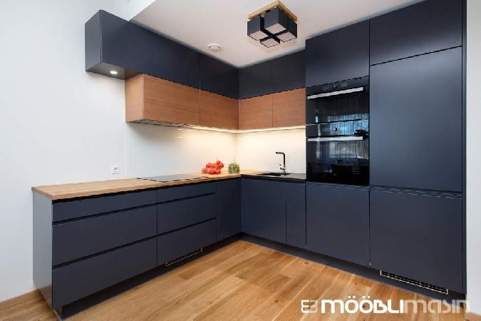 Musta värvi köögimööbel