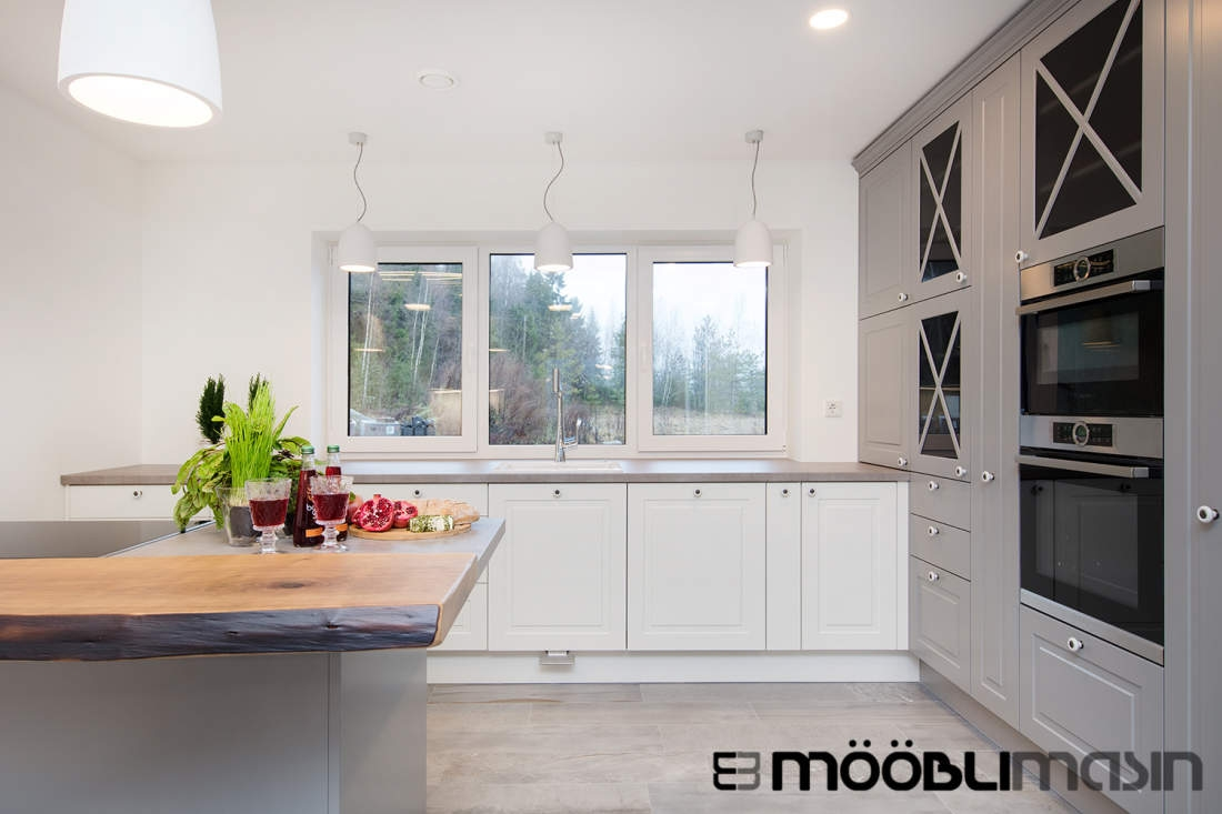Moodne klassikalise joonega valge ja halli kominatsiooniga köögimööbel