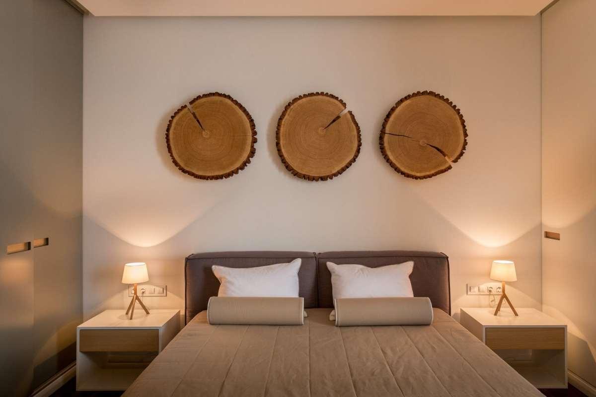 Magamistoas ei ole ruumipuudust tänu õigesti paigutatud mööblile ja asjade hoiustamiseks on kasutuses iga sobiv sentimeeter. Panipaigad on mõlemal pool voodit.
