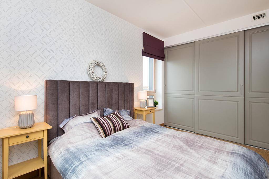 Seinte dekoreerimisel on kasutatud Stencilit seinašablooni Teemant. Huvitavat aktsenti annab veel ruumile klassikalise joonega garderoobikapp ja eritellimusvoodi.
