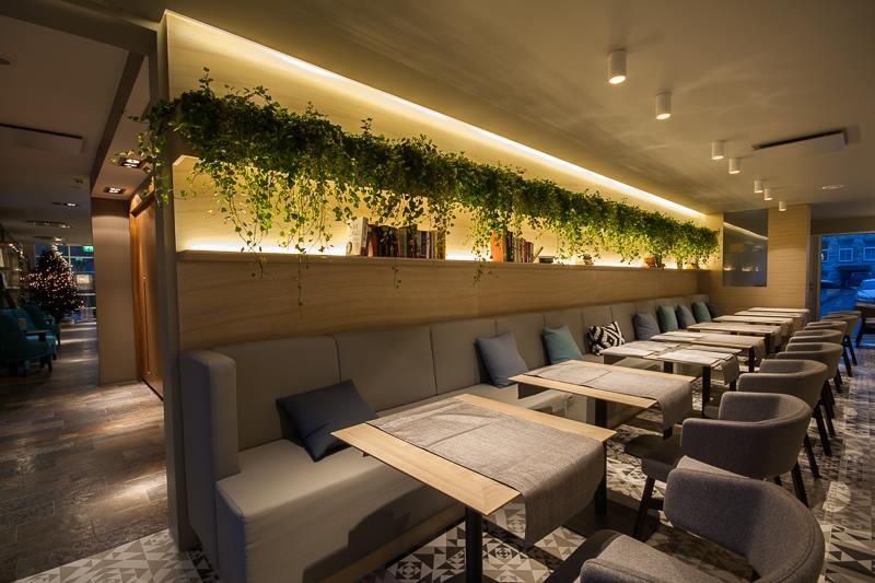 Cafe Katze Tammespoonist seinapaneelid ning riiulid taimede ja raamatute jaoks.