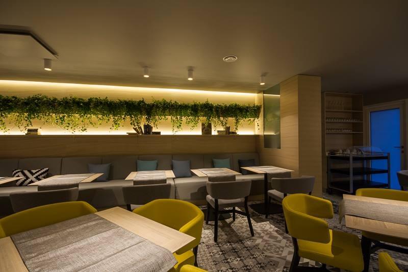 Cafe Katze ruutudest dekoratiivvalgustitega sein. Ruudud on valmistatud tammespoonist.