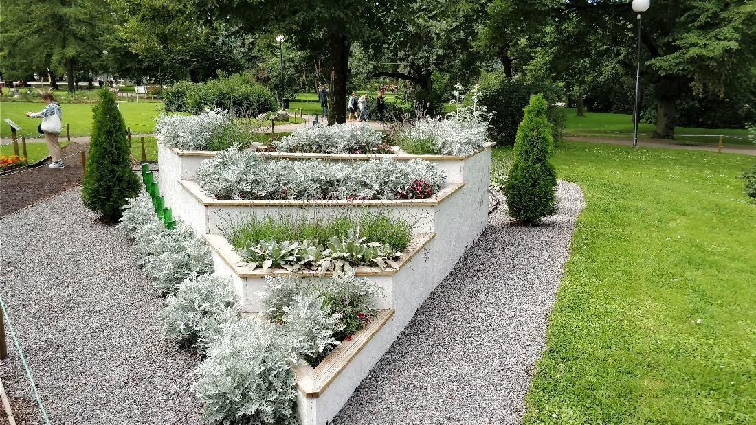 """Inspiratsiooni aiakujunduseks Tallinna Lillefestivalilt 2017: """"Pereaed"""" ja """"Ühevärviline aed""""."""