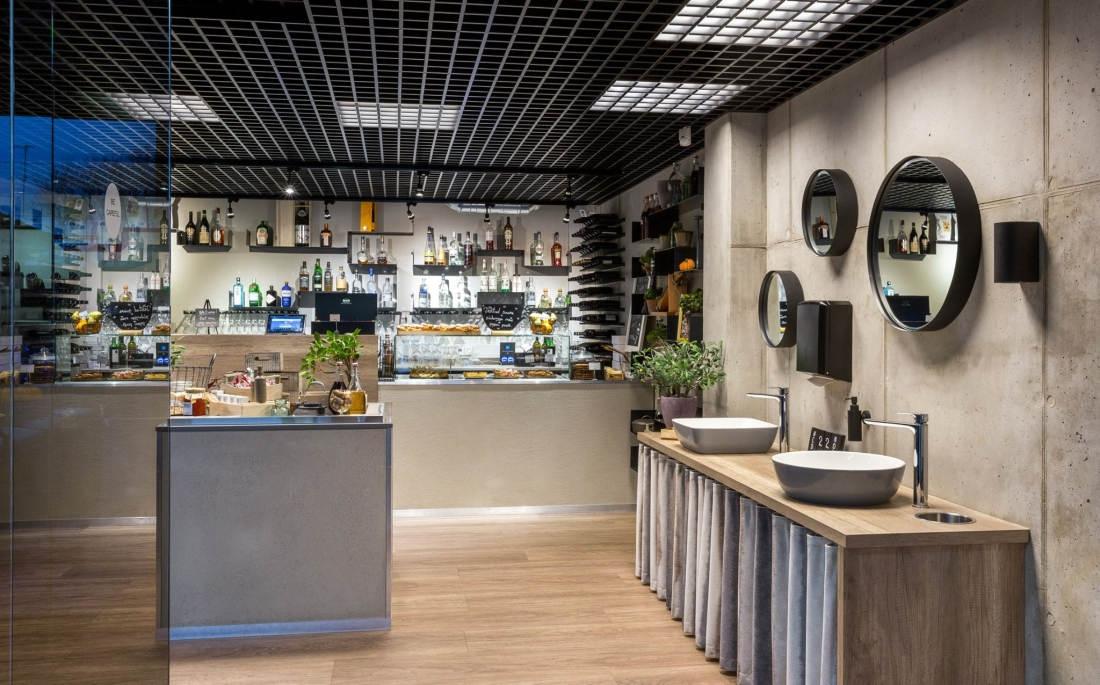 Maitseka sisekujundusega FREDO Köök & Baar
