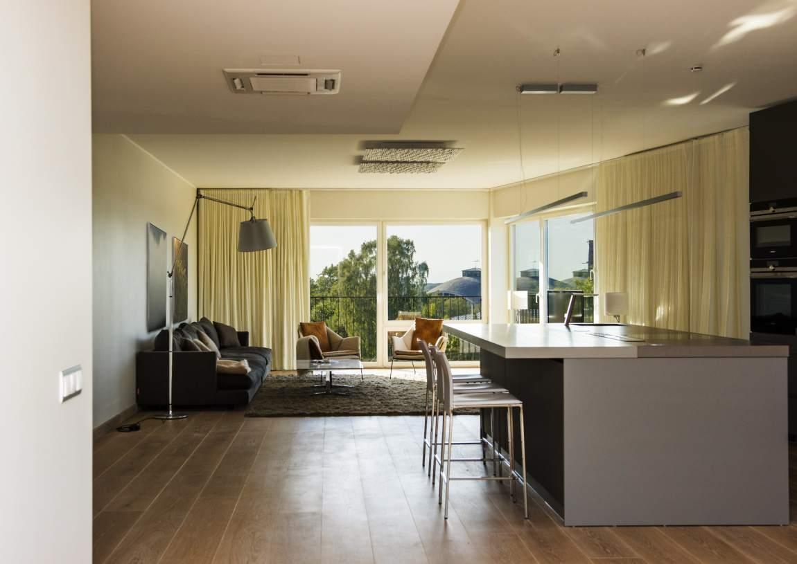 Arvar köök-elutuba. Korteri aknast avanevast võrratust merevaatest inspireerituna on sisekujunduses kasutatud heledates toonides värvilahendust, looduslähedasi viimistlusmaterjale ja mööblit.