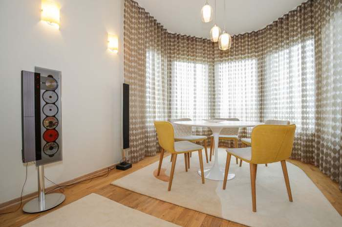 Saarineni TULIP söögilaud ja Sancali TEA mugavad toolid.