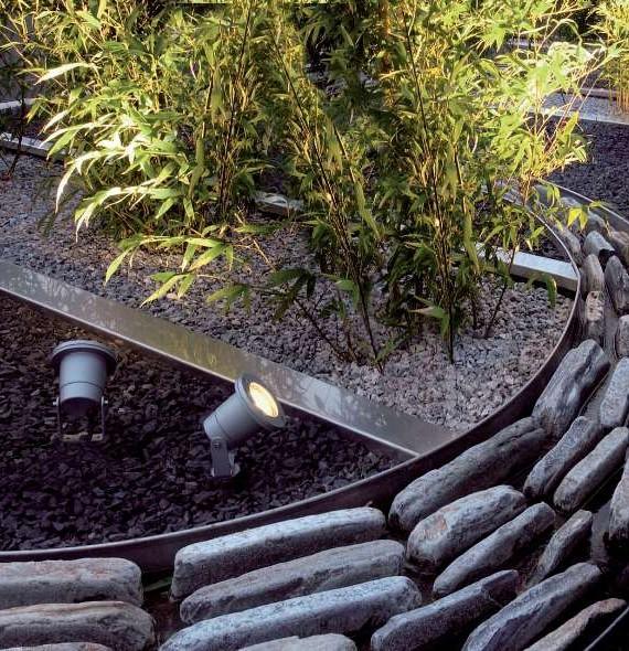 Lillepeenardele saab paigutada piikidega teisaldatavaid pinnasesse sissesurutud valgusteid.