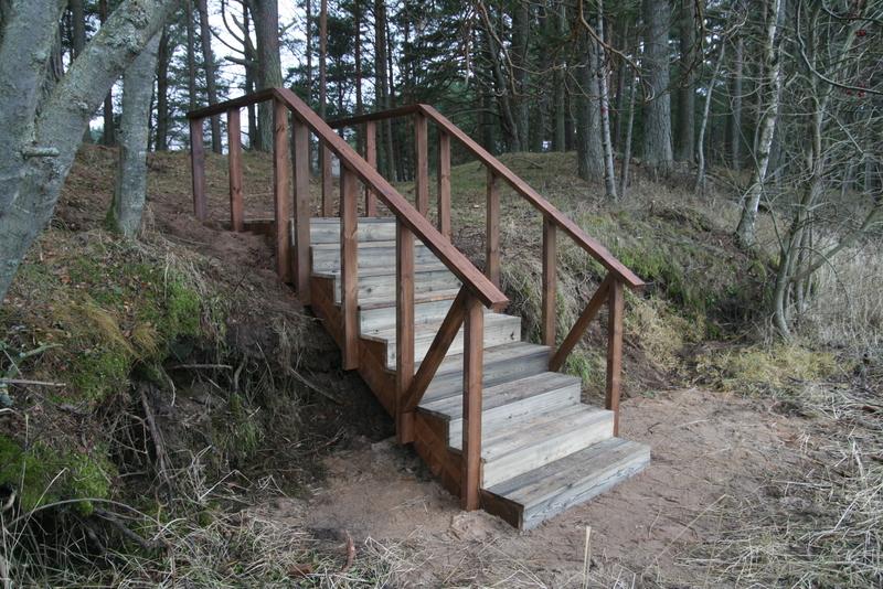 Künka peitmiseks on ehitatud mugav ja ümbrusega hästi haakuv trepp.