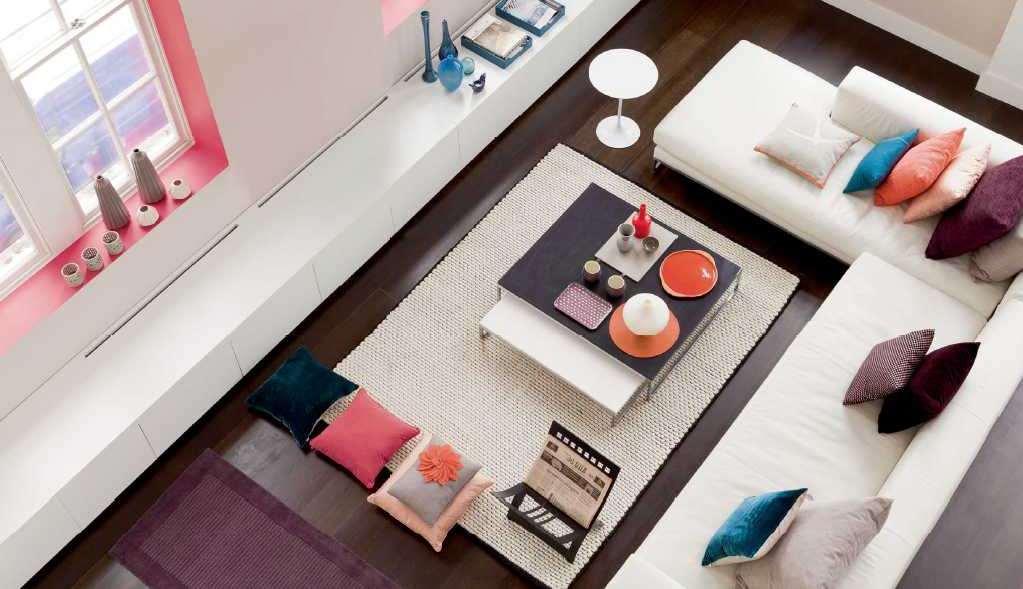 Värvilised aknalauad heledas toas ja sama tooniga aksessuaarid jooksutavad interjööri stiilseks tervikuks.