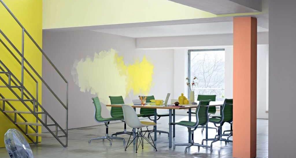 Seinale on tehtud värvilaik, mis mõjub unikaalse maalina.