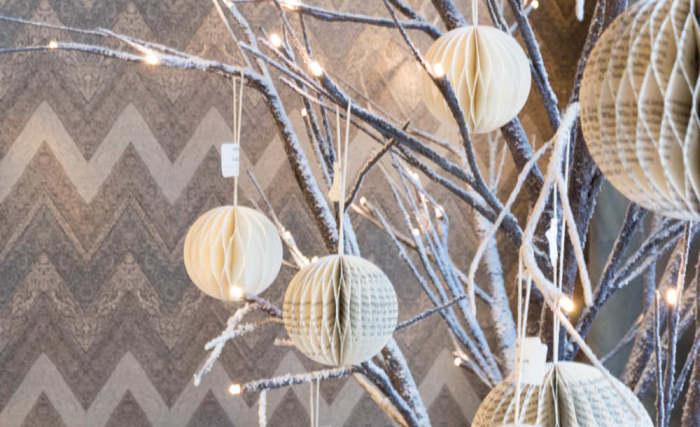 Jõuludekoratsioonide võtmesõnad sel aastal: jõulutuled, värviline klaas, metallisära ja looduslähedus