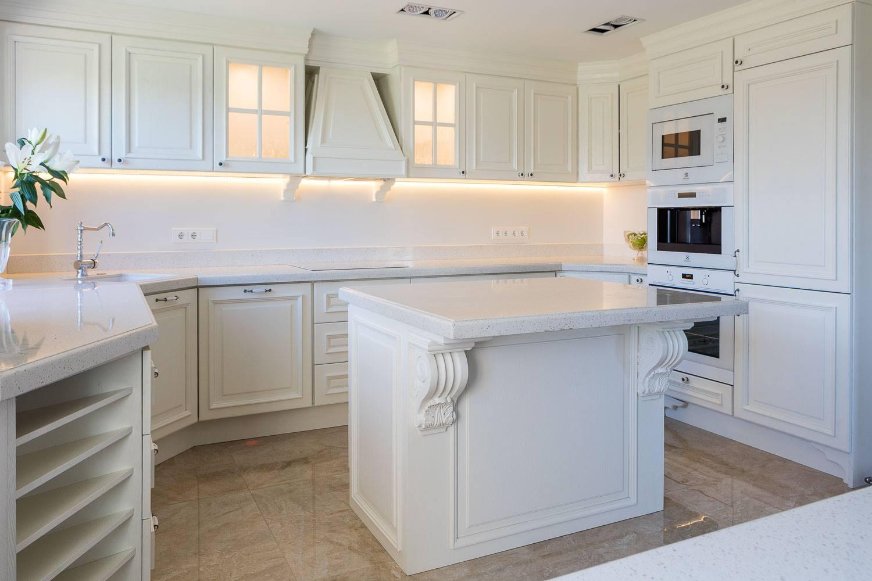 Klassikalises võtmes täispuidust köögimööbel