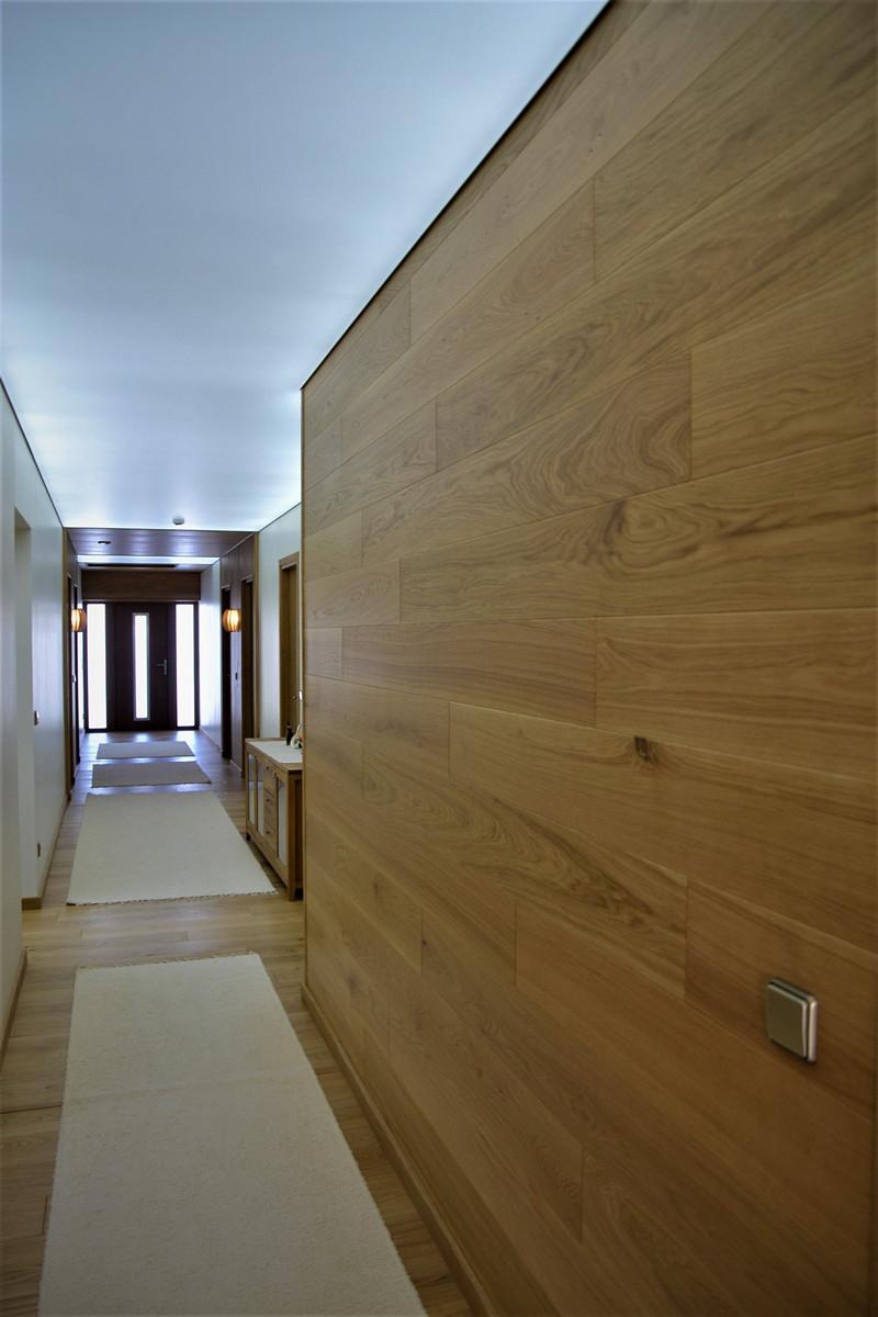 Tammeparkett esiku seinas ja laes Vecta Designi pinglagi