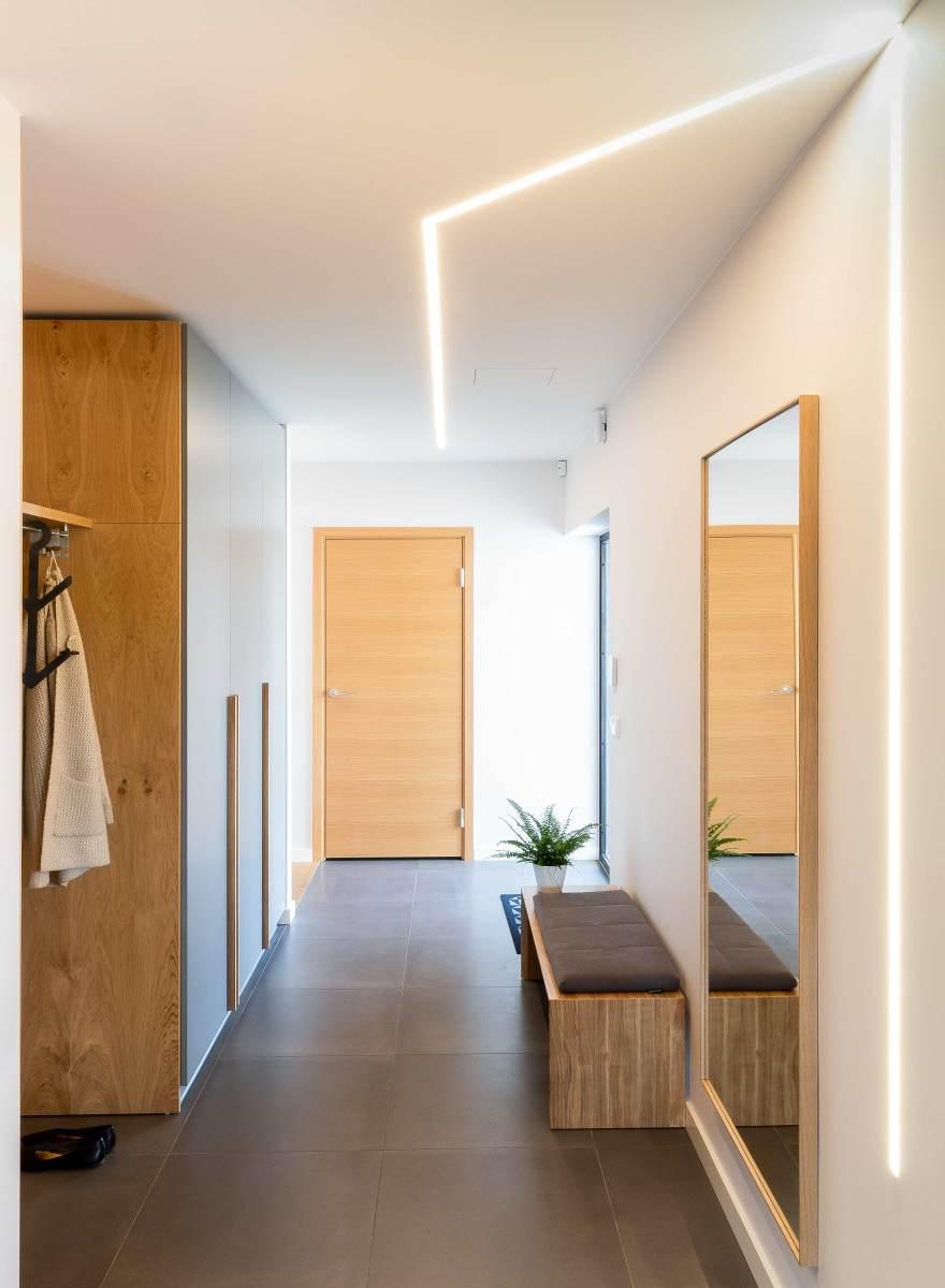 Eriline majaplaan võimaldas luua koridorides huvitavaid valguslahendusi, kus klassikaliste spot-valgustite asemel on seina ja lagedesse integreeritud led-ribad.