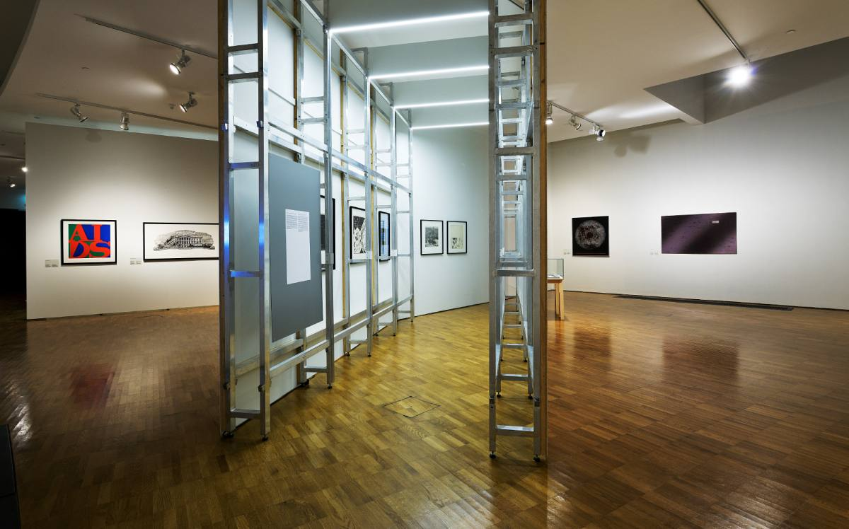 """Näitus """"Mõeldes labürindist. 50 aastat Tallinna graafikatriennaali"""""""