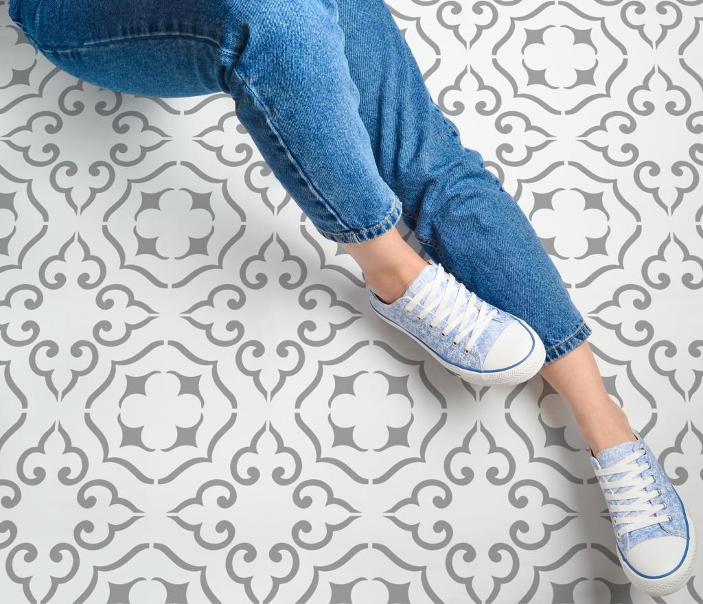 Keraamiliste plaatide värvimine. Kasutatud on Malaga põrandašablooni.