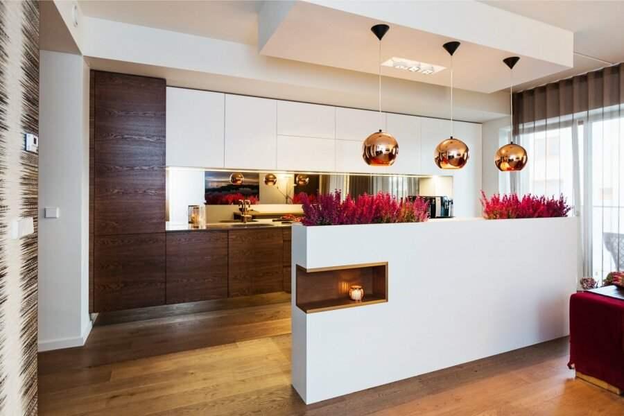 Peegel köögi tasapinna tagaseinas annab köögile juurde avarust. Sisearhitektide Karm & Kristianson idee, DSK Furniture teostus.