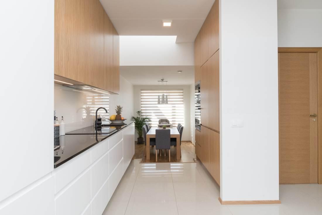 Freesitud sõrmesoonega köögikapi uksed