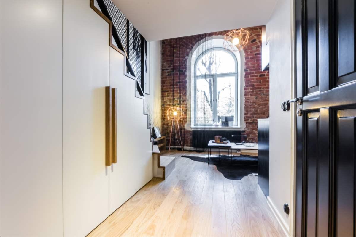 Loft-tüüpi väike korter. Mahukas garderoob on planeeritud täpselt trepiastemete järgi. Sisearhitektide Karm & Kristianson idee, DSK Furniture teostus.