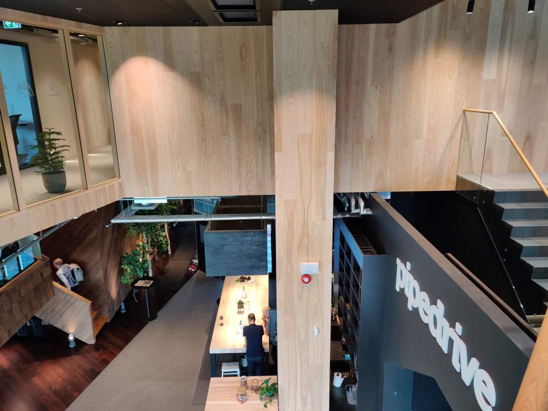Pipedrive uus kontor on hea näide parketi kasutusest seinal.