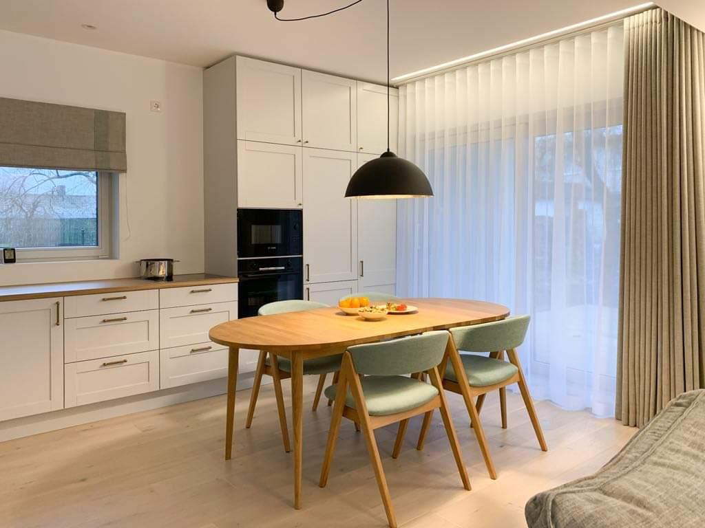 Erinevat tüüpi kardinad avatud köök-elutoas.