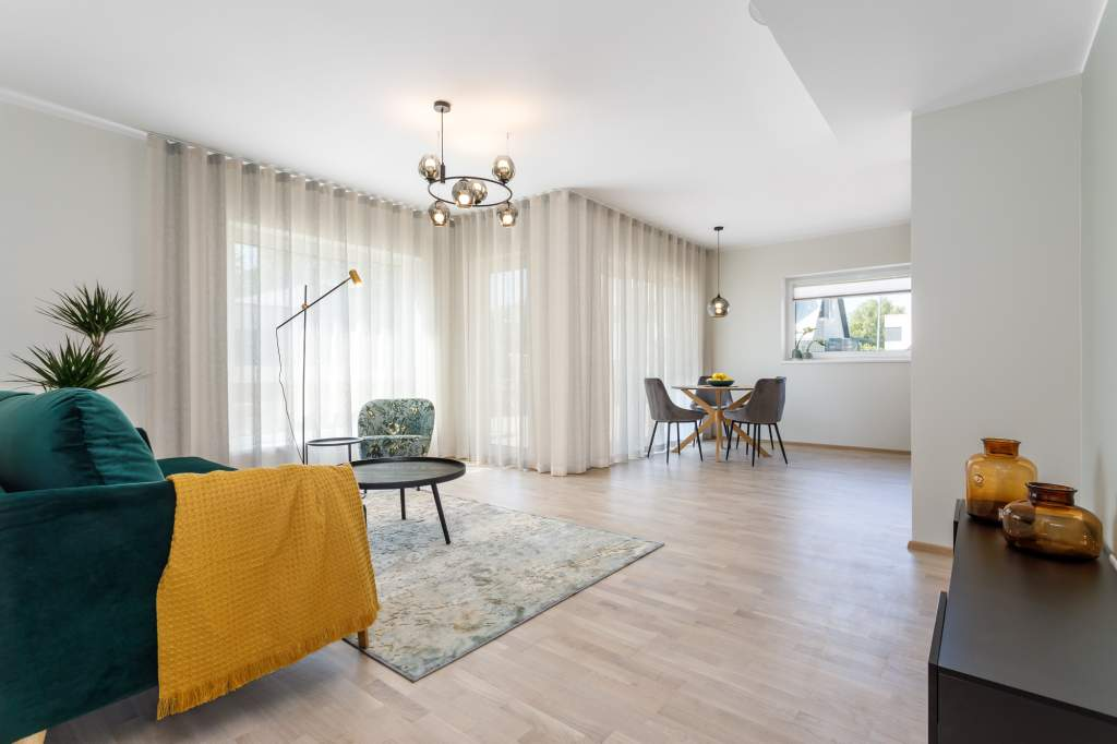 Lakke paigaldatud päevakardin annab ruumile juurde avarust ja kõrgust. Idee valmis koostöös Palazzo Interiors sisearhitektiga.