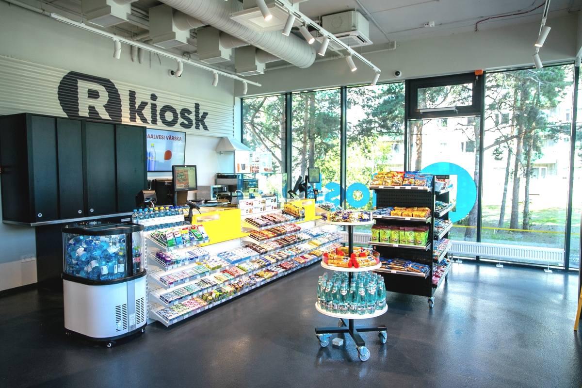R-KIOSK Foorumi keskuse kaubanduspinnal on kasutusel ForteLed LED siinivalgustid Berlin Slim 30W, 3000K, valge ja Essen 12W, 3000K, valge